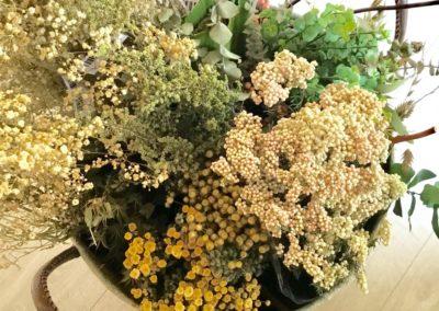 bouquet-fleurs-papier-dans-panier